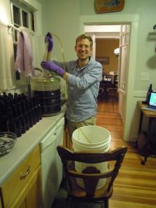 Øllen tappes i en brygkande, som vi så brugte til at fylde flasker fra.