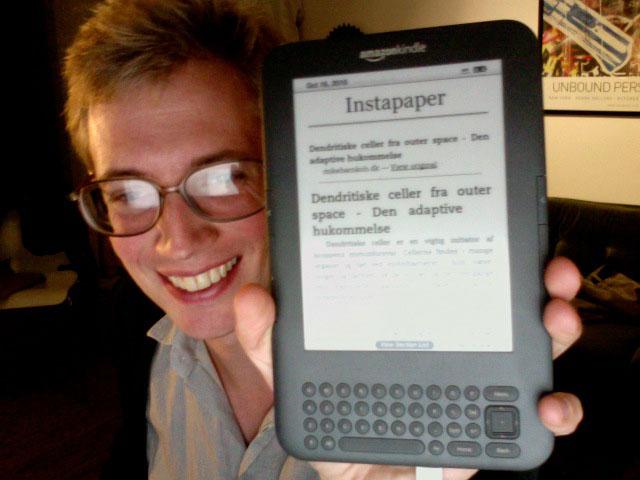 Mit nyeste legetøj. En dejlig Kindle, hvor man kan læse sine ynglings blogs på.
