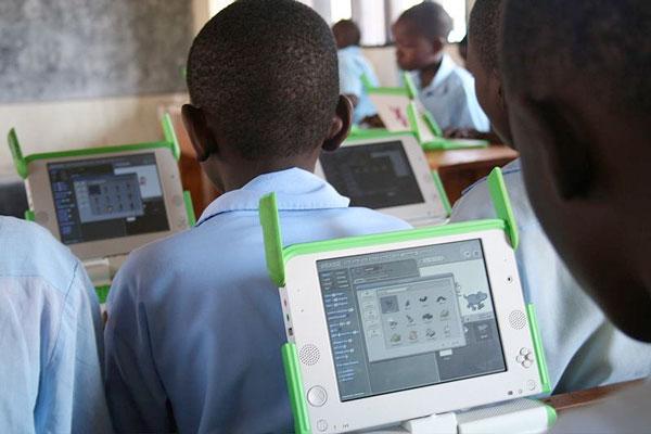 Børn i Rwanda bruger XO-1 computeren til undervisningen.